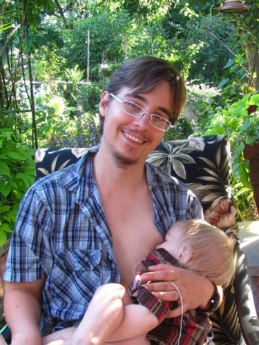 transgender-dad-breastfeeds-baby-on-offbeathome